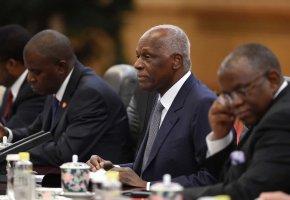 Defesa de ex-governador do BNA quer ouvir José Eduardo dos Santos