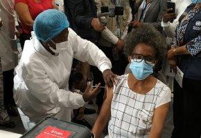 Enfermeira de 71 anos é a primeira angolana a ser vacinada contra a covid-19 no país