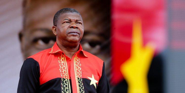 f7b6fefb14 O ano em que a transição chegou a Angola num jogo de paciência ...